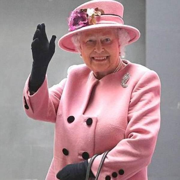 Великобритания, юмор, У Елизаветы II есть искусственная рука для приветствия публики